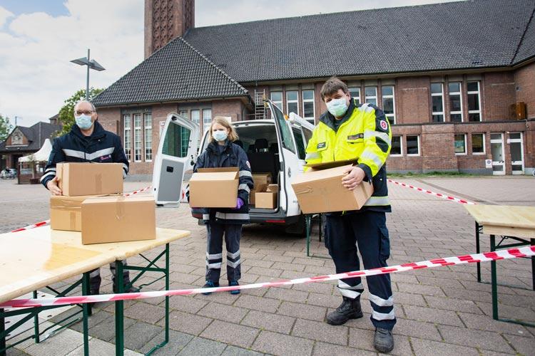 Das Kältebus-Team verteilt ab sofort Versorgungspakete an Corona-Bedürftige: Ernst Kroeck, Lotte Kayser und Jörg Bohlken.