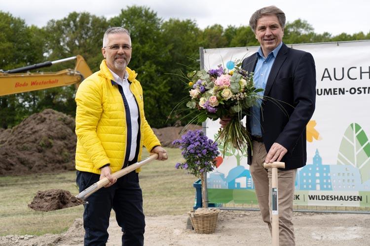 Oberbürgermeister Jürgen Krogmann (rechts) gratuliert Rainer Ostmann zum Baustart.