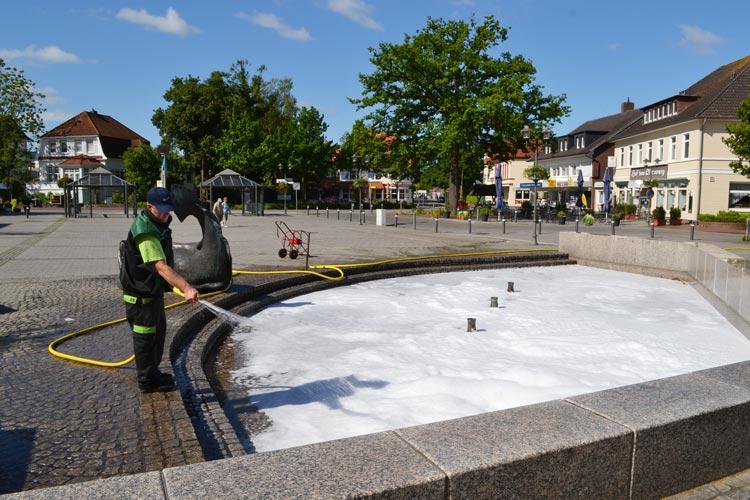 Carsten Böseler vom Baubetriebshof Bad Zwischenahn musste das Wasser austauschen.