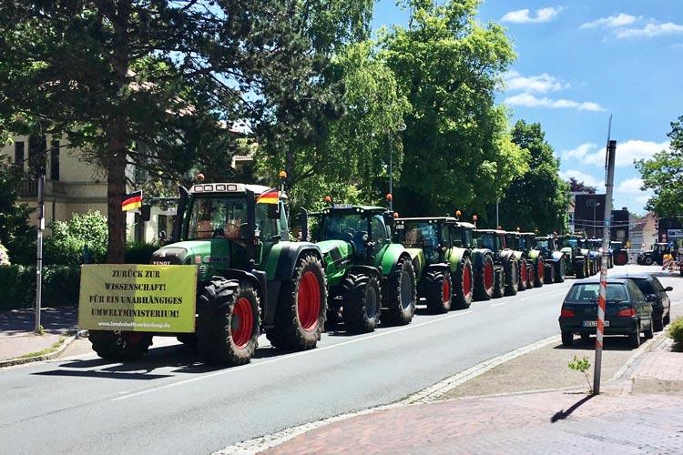 Am Damm stellten die Landwirte ihre Traktoren ab, um an den Aktionen in der Innenstadt teilzunehmen.