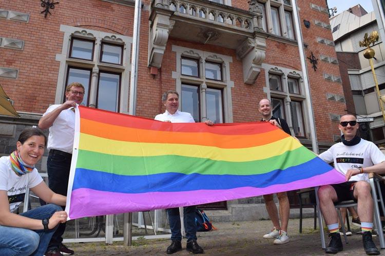 Hissten heute die Regenbogenflagge für den CSD Nordwest vor dem Alten Rathaus in Oldenburg: Anke Hieronymus, Klemens Sieverding, Oberbürgermeister Jürgen Krogmann, Kai Bölle und Andreas Gerbrand.