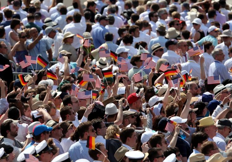Zuschauer mit Fähnchen der USA und Deutschlands vor dem Brandenburger Tor in Berlin, über dts Nachrichtenagentur