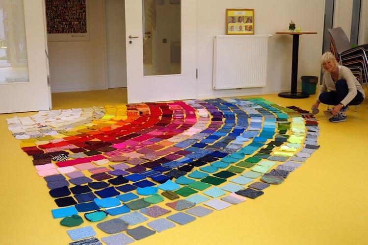 Symbol der Hoffnung: Künstlerin Ute Lennartz-Lembeck legte die gestrickten und gehäkelten Quadrate in Form eines Regenbogens.