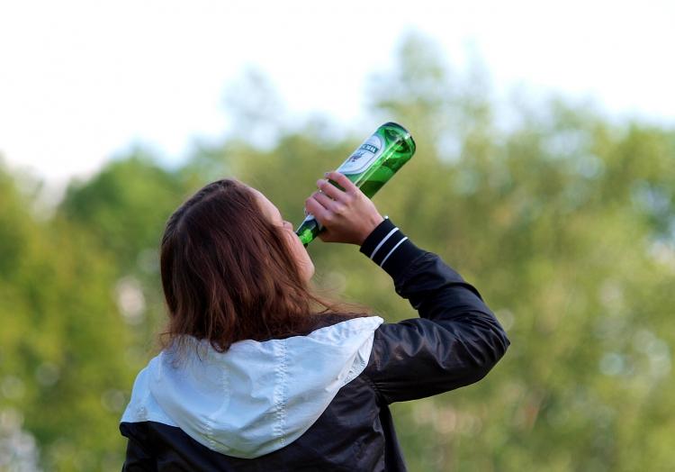 Biertrinkende Frau, über dts Nachrichtenagentur