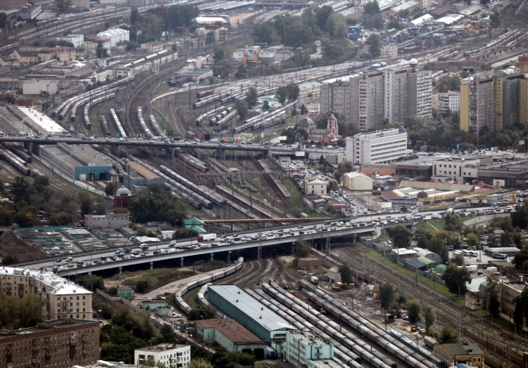 Straßenverkehr und Zugverkehr in Moskau (Russland), über dts Nachrichtenagentur