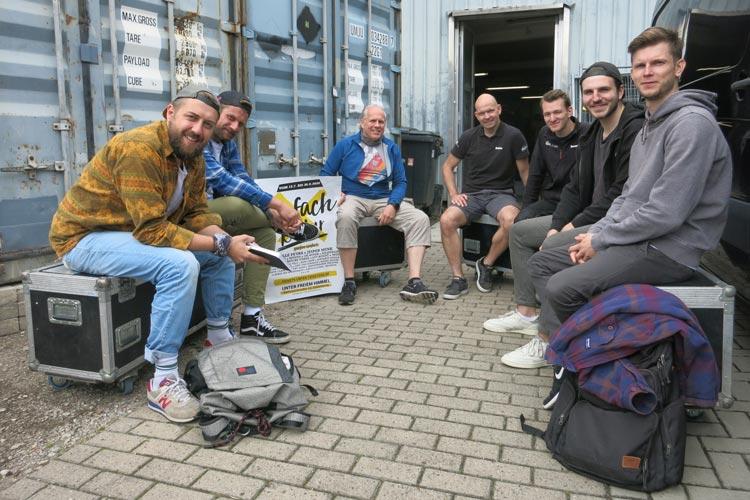 """Das Organisations-Team von """"Einfach Kultur"""" mit Janik Kirchner und Jan Thie (von links) hat alle Hände voll zu tun, damit die 24 Veranstaltungen vom 15. Juli bis 30. August im Hinterhof der Bahnhofstraße 12 reibungslos über die Bühne gehen."""
