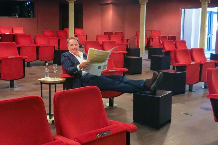 Beinfreiheit und Getränke am Platz: Generalintendant Christian Firmbach macht es sich bequem im Großen Haus des Oldenburgischen Staatstheaters.