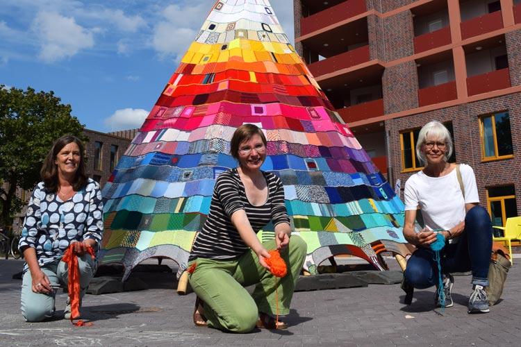 Eröffneten das Tipi in Kreyenbrück (von links): Jutta Hinrichsen (Gemeinwesenarbeit Stadtteiltreff Kreyenbrück, Stadt Oldenburg), Sophie Arenhövel (Kulturbüro, Stadt Oldenburg) und Künstlerin Ute Lennartz-Lembeck.