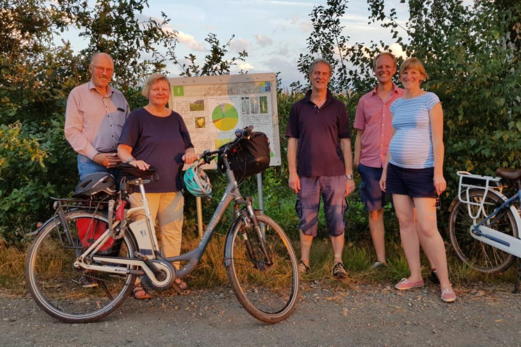 Testen die Schnitzeljagd beim Familienausflug (von links): Diedrich Meyer, Maren Meyer, Günter Alfs, Hinrich Meyer und Wiebke Meyer.