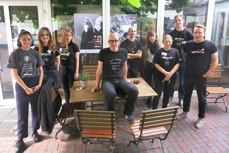 Filmfest-Chef Torsten Neumann (Mitte) mit seinem Team in den Filmfest-Shirts der vergangenen Jahre.