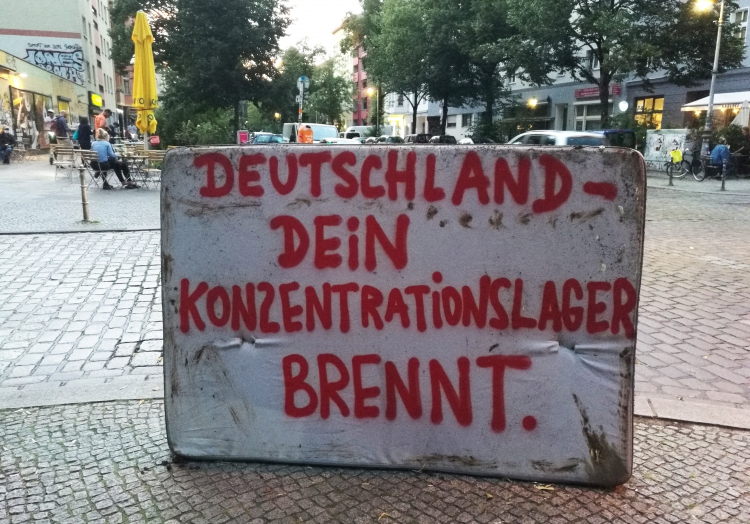 Protestplakat nach Brand in Flüchtlingslager Moria, über dts Nachrichtenagentur
