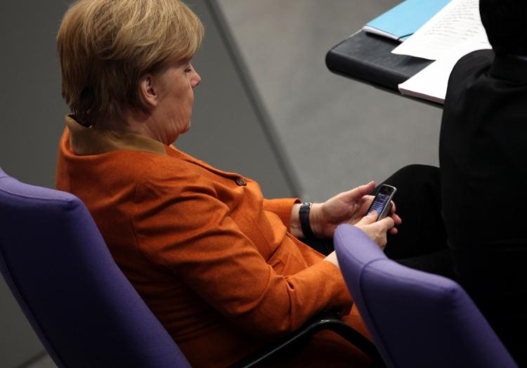 Angela Merkel mit ihrem Handy, über dts Nachrichtenagentur