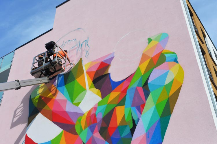 Das Mural (Wandgemälde) erstellt der Street-Artist Okuda, eine Berühmtheit in der Szene.
