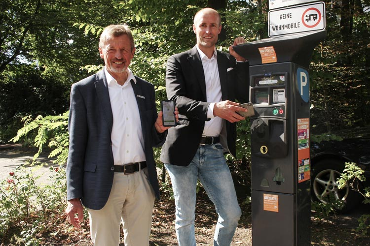 Bürgermeister Dr. Arno Schilling und Geschäftsführer und Kurdirektor Dr. Norbert Hemken motivieren zur Nutzung des bargeldlosen Handyparkens.