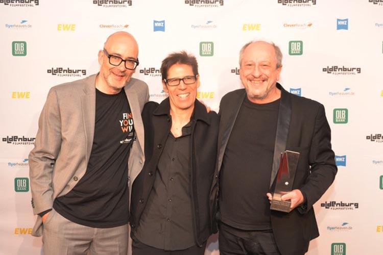"""Daniel Aráoz (rechts) erhielt den Seymour Casell Award -Outstanding Performance- Male Actorfür seine Hauptrolle des Films """"The Longest Night"""" in der Regie von Moroco Colman (Mitte). Filmfest-Chef Torsten Neumann begrüßte den Regisseur bereits zum zweiten Mal in Oldenburg."""