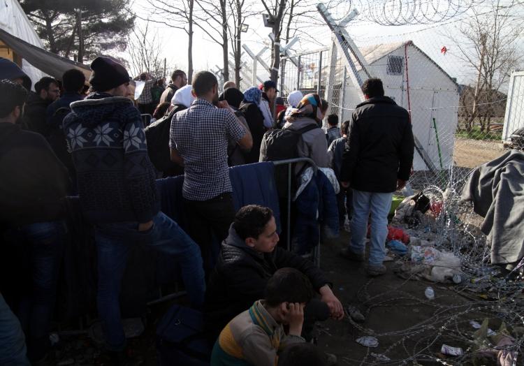 Flüchtlinge auf der Balkanroute vor einer Grenzkontrolle, über dts Nachrichtenagentur