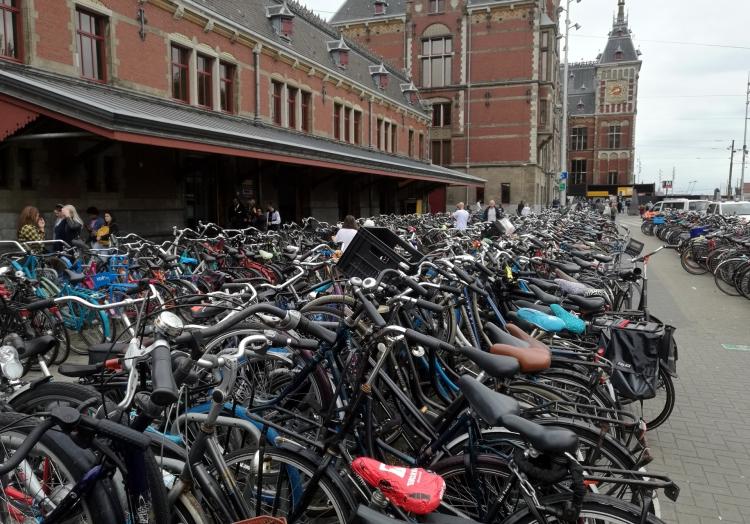 Fahrräder am Bahnhof Amsterdam Centraal, über dts Nachrichtenagentur