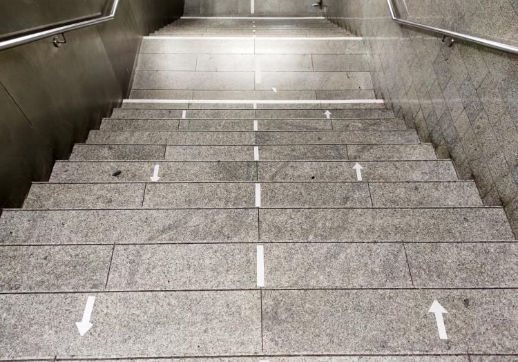 Abstands-Markierung auf einer Treppe, über dts Nachrichtenagentur