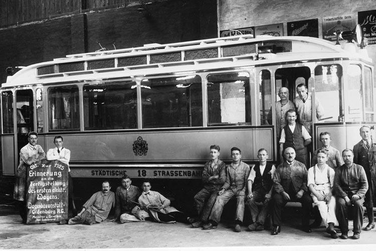 Das Foto zeigt die Lackierer der Wagenbauanstalt Osternburg nach der Fertigstellung des ersten elektrischen Wagens im Oktober 1925.