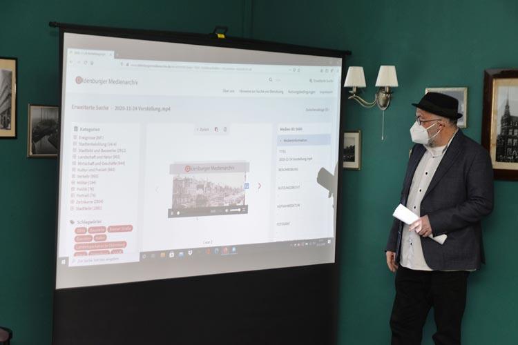 Farschid Ali Zahedi vom Werkstattfilm e.V. präsentiert die Inhalte des neuen Oldenburger Medienarchivs mit rund 6000 Fotos und Filmen.