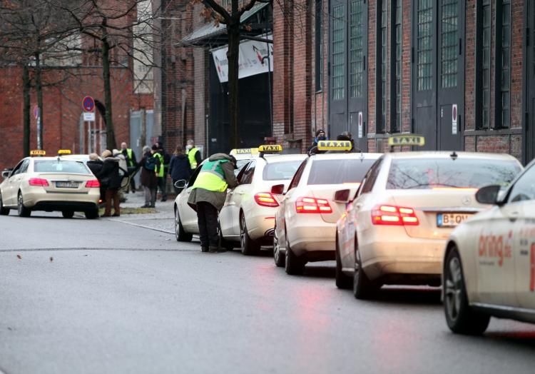 Taxis warten vor Impfzentrum, über dts Nachrichtenagentur