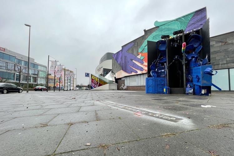Vor dem Oldenburger Stadtmuseum entstehen Kunstinstallationen und ein großes Wandbild die Fassade schmückt.