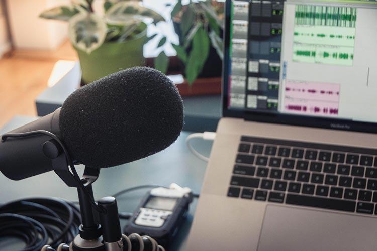 """In dem neuen Podcast """"schnacken"""" Wissenschaftler_innen aus der Region über ihre Projekte, ihre Motivation, ihre beste Story, den größten Misserfolg oder ihr verrücktestes Lieblingsfachwort."""