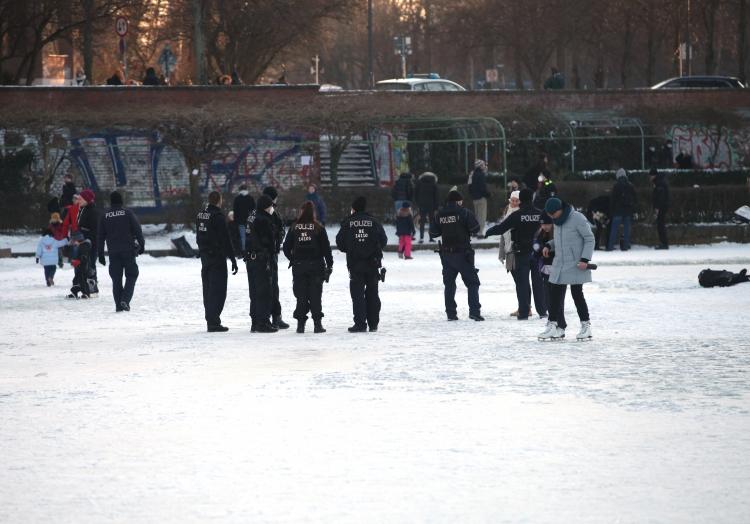 Polizei vescheucht Leute vom Eis, über dts Nachrichtenagentur