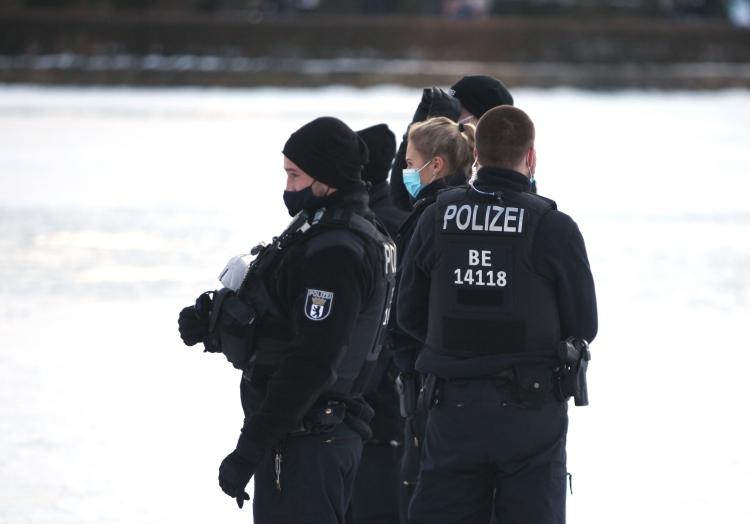 Kein Mindestabstand: Polizei vescheucht Leute vom Eis, über dts Nachrichtenagentur