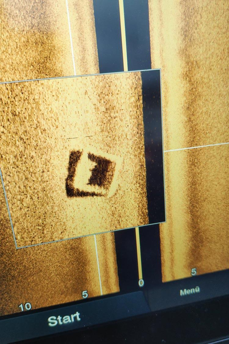 Bei dem Test des Echolots wurde ein größeres, rechteckiges Objekt auf dem Meeresboden geortet. Die GPS-Koordinaten wurden notiert und die DLRG-Einsatztaucher werden sich den unbekannten Gegenstand demnächst während eines Übungstauchganges genauer ansehen.