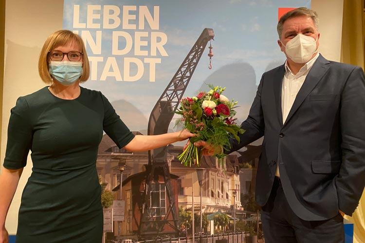Nicole Piechotta gratuliert Jürgen Krogmann zu seiner erneuten Nominierung für die Kandidatur zu einer zweiten Amtszeit.