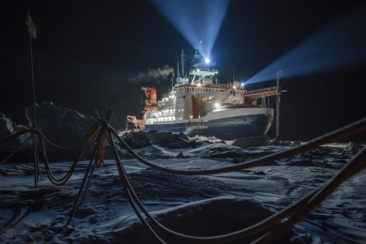 """Das Foto des Bremerhavener Forschungsschiffes """"Polarstern"""" der Fotografin Esther Horvarth ist Teil der Fotoschau """"Polarnight 25/24"""", die exklusiv im Landesmuseum Natur und Mensch Oldenburg zu sehen ist."""