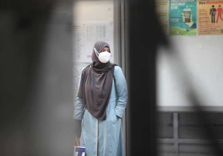 Frau mit Schleier und FFP-2-Maske, über dts Nachrichtenagentur