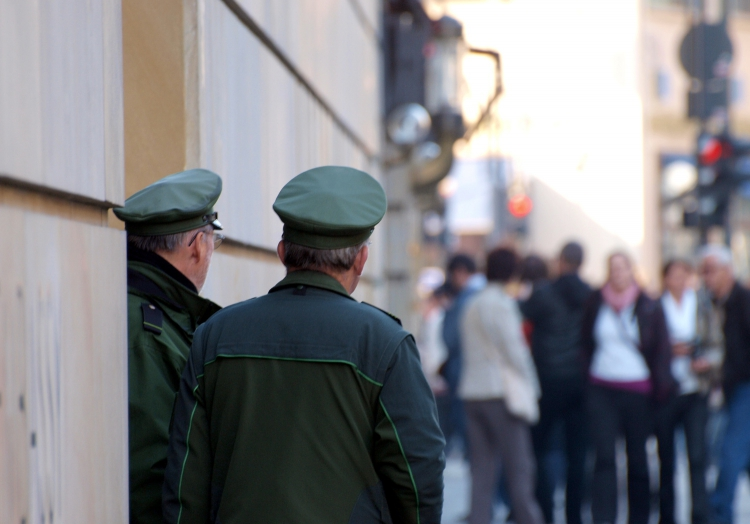 Deutsche Polizisten vor der britischen Botschaft in Berlin vor Corona, über dts Nachrichtenagentur