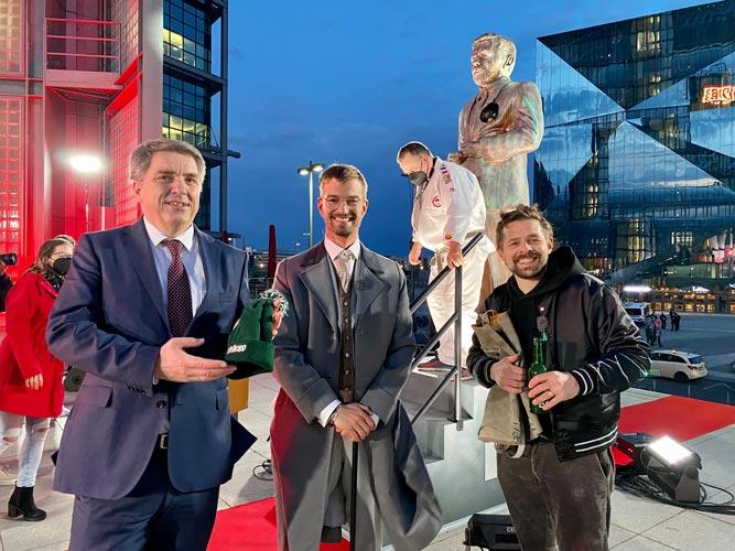 Oberbürgermeister Jürgen Krogmann mit Joko Winterscheidt und Klaas Heufer-Umlauf (von links) bei der Einweihung der Klaas-Statue am Berliner Hauptbahnhof.