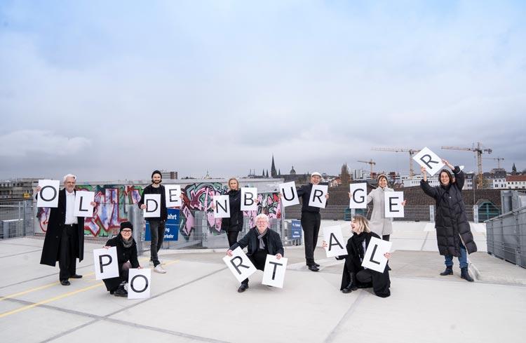 Stellen das Oldenburger Portal vor (v.l.,hinten): Andreas Büttner (Creative Mass), Jürgen Boese (cre8), Manuela Girgsdies (Kulturgesichter0441), Roland Hentschel und Ina Lehnert-Jenisch (Wirtschaftsförderung der Stadt Oldenburg), Katharina Semling (Creative Mass), (vorne) Jinke Fanselau (Kulturgesichter0441), Norbert Egdorf (cre8) und Mathilda Kochan (Creative Mass).