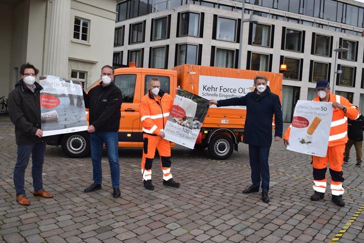 Gemeinsam für ein sauberes Oldenburg: Oberbürgermeister Jürgen Krogmann (2. von rechts) sowie Volker Schneider-Kühn (von links), Torsten von Varel, Holger Bunjes und Ernst Müller vom AWB präsentieren die Plakataktion.