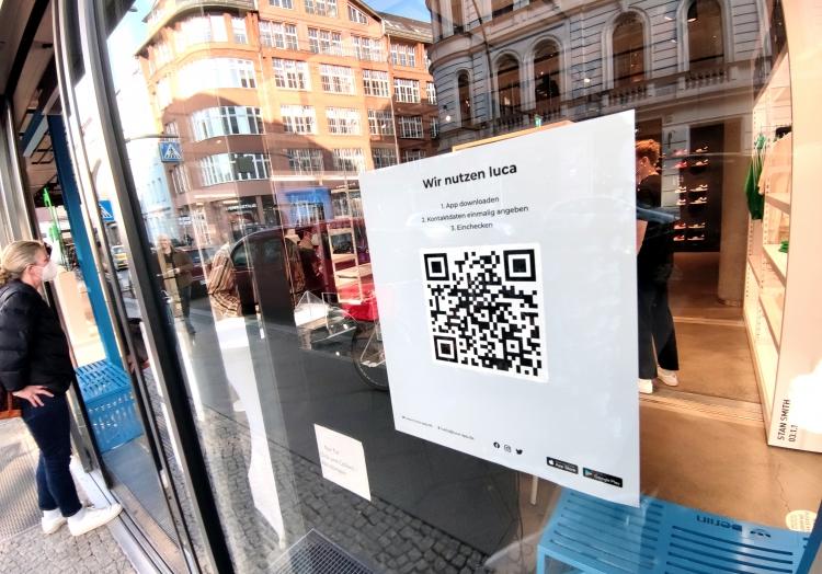 Barcode für Luca-App an einem Modegeschäft, über dts Nachrichtenagentur