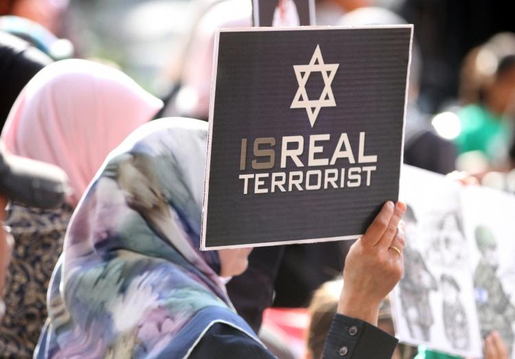 Demonstrantin mit ´Isreal Terrorist´-Plakat, über dts Nachrichtenagentur