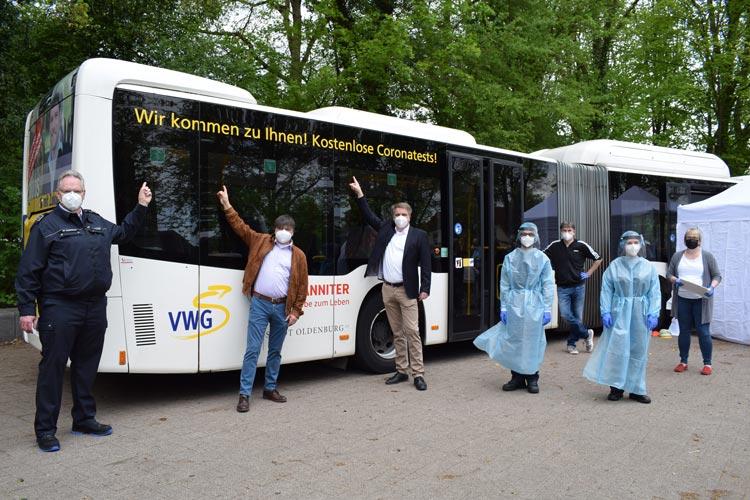 Gaben den Startschuss für das neue mobile Corona-Testangebot: (von links) Johanniter-Ortsbeauftragter Lars Johnsen, VWG-Prokurist Morell Predoehl und Oberbürgermeister Jürgen Krogmann.