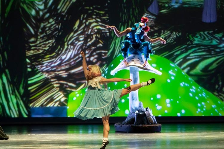 """Die BallettCompagnie Oldenburg zeigt im Großen Haus des Oldenburgischen Staatstheaters das Märchen """"Alice im Wunderland"""" von Lewis Carroll in fantasievollen, temporeichen und überraschenden Bildern."""