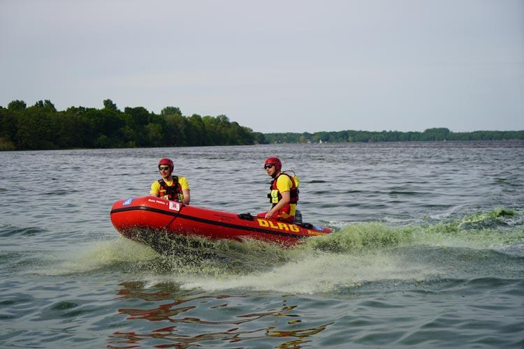 Tim Jannik Drieling und Moritz Pollehn (von links) führen das IRB-Schlauchboot vor.