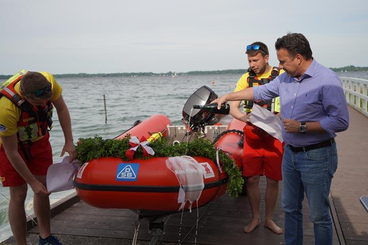 Michael Hähnel, Geschäftsführer der Rügenwalder Mühle (rechts) taufte mit Tim Jannik Drieling und Moritz Pollehn (von links) das Boot auf den Namen
