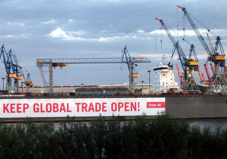 Pro-Globalisierungsbanner im Hamburger Hafen, über dts Nachrichtenagentur