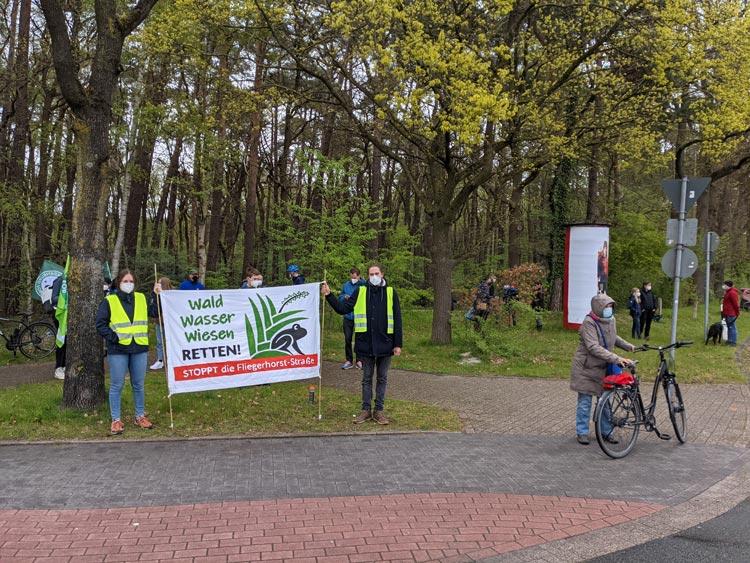 """Das Umweltbündnis """"Wald Wasser Wiesen Retten"""" bei einer Demo im Mai."""