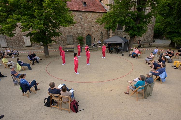 Die sieben Tänzer*innen der YET Company bei ihrer Tanzproduktion KREISEN.