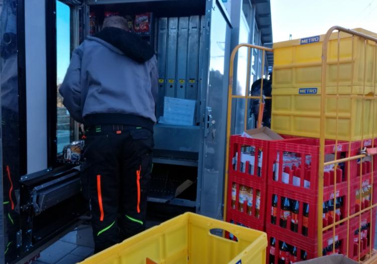 Auffüllen eines Getränkeautomates, über dts Nachrichtenagentur
