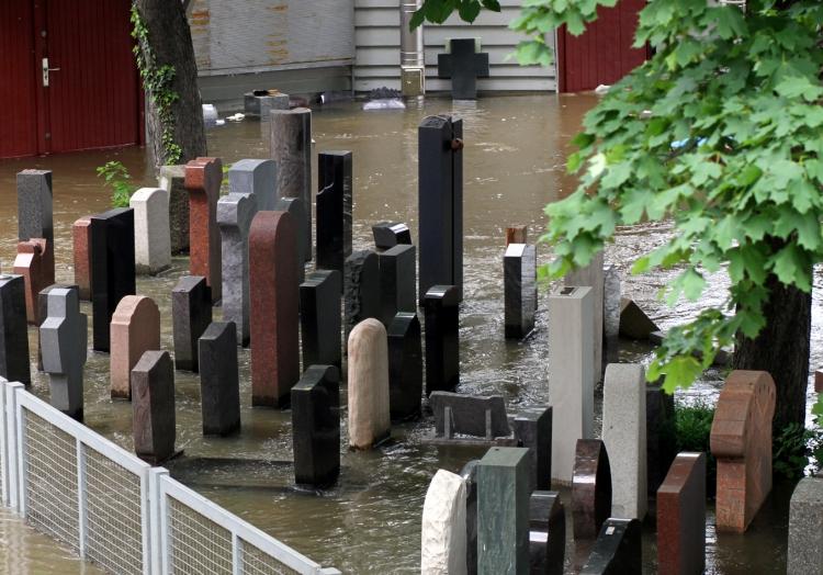 Grabsteine im Hochwasser, über dts Nachrichtenagentur