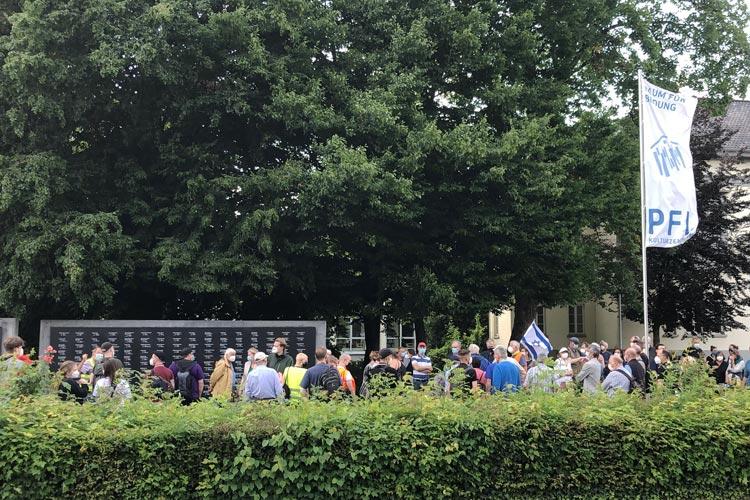 Heute haben sich Oldenburgerinnen und Oldenburger an der Gedenktafel für die jüdischen NS-Opfer versammelt, um ihr Entsetzen über die Tat zu zeigen.