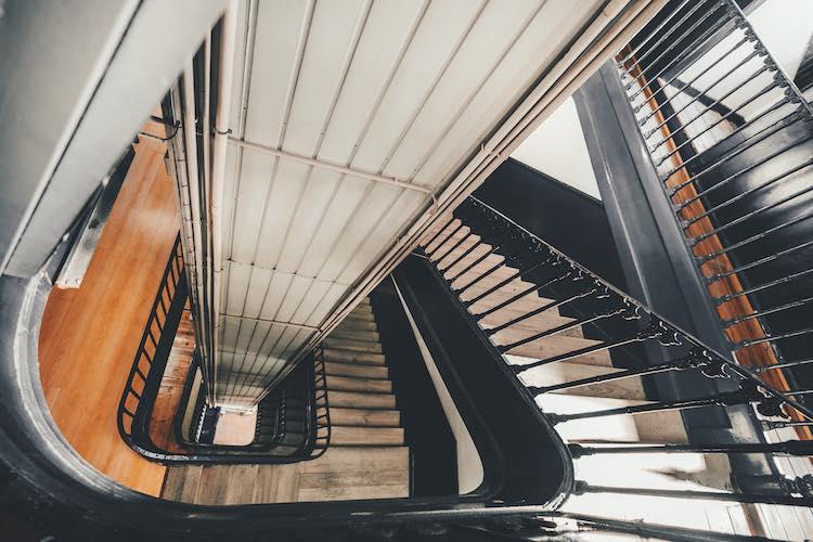 Treppen mit Lift.